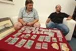 Hledači pokladů s detektory kovu nalezli na poli u Roudnice nad Labem vzácný nález stříbrných mincí z doby 14. a 15 století. Mince odevzdali do Podřipského muzea.