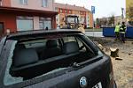 Pracovníci technických služeb likvidují strom, který v noci na 11. listopadu spadl na automobil v Lovosicích
