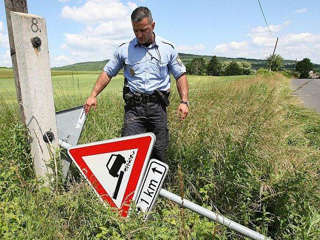 ZNAČKY mezi Třebenicemi a Dlažkovicemi se staly terčem útoků skupinky mladíků. Jednu z vyvrácených ukazuje třebenický městský strážník Tomáš Rotbauer.