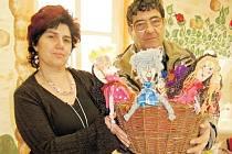 Vedoucí chráněné dílny v Terezíně Veronika Diasnik ukazuje Václavu Prelátovi z Děčína výrobky dětí. Uživatelům chráněného bydlení bude tato dílna sloužit jako terapeutická dílna.