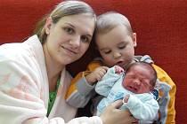 Šárce a Josefu Hambálkovým z Litoměřic se 2. června v 6.25 hodin narodil v Litoměřicích syn Adam Hambálek. Měřil 46 cm a vážil 2,84 kg. Na snímku i s bratrem Josefem.