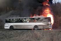 Požár autobusu u Kostomlat.