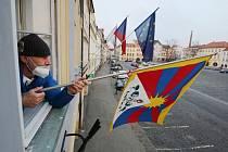 Pracovník Městského úřadu v Litoměřicích Bohumil Spálený vyvěsil tibetskou vlajku na budovu úřadu