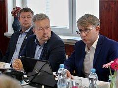 Ministr Brabec (uprostřed) a rada SONO složená ze starostů obcí na Litoměřicku jednali o dalším postupu skládkování komunálního odpadu.