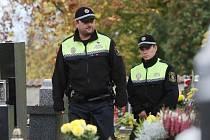 Strážníci Městské policie v Litoměřicích zintenzivnili obchůzky na městském hřbitově a okolí.
