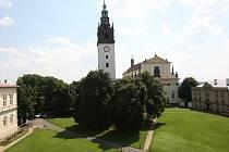 Kanovnické domky na Dómském náměstí jsou na tomto snímku vpravo od katedrály.