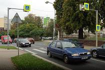 PŘECHOD je umístěný za křižovatkou a v kopci. Podle čtenářky někteří řidiči ztíženou dopravní situaci nezvládají.