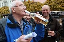 V Ústí nad Labem otevřeli první lahve na Lidickém náměstí.