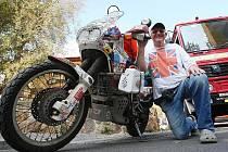 ANGLIČAN NA CESTÁCH. Ian Coates v 69 letech nechce přestat jezdit na své motorce po světě. Jako zastávku si v České republice vybral Lovosice.