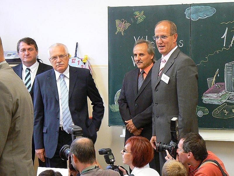 Aleš Žák (vpravo) při zahájení školního roku s účastí prezidenta republiky Václava Klause.