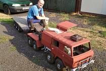 V terezínské dílně roste pojízdný čtyřmetrový model tahače Tatra.