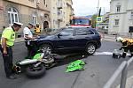 Srážka motorky s osobním autem v Mrázově ulici v Litoměřicích