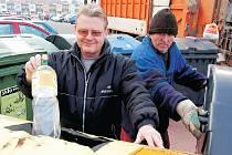 TŘÍDÍ. Josef Korbel z Dukelské ulice v Litoměřicích včera vhazoval PET lahve do žlutých sběrných nádob.