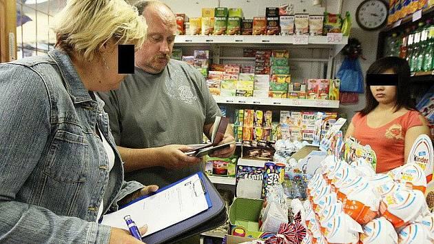 Obviněný policista při jedné z kontrol na tržnici