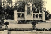 První pomník v Jiráskových sadech patřil Franzi Josefovi.