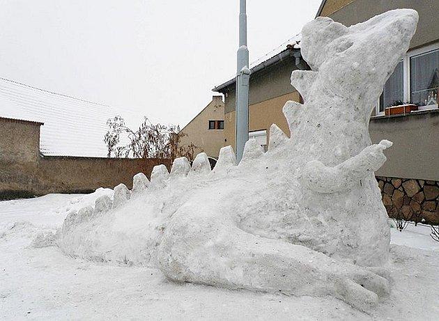 DINOSAURUS ze sněhu zdobí malou vesnici Chodovlice na Lovosicku.