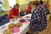 OCHUTNÁVKA. Pracovníci Diecézní charity Litoměřice byli v pátek hostiteli seniorů. Seznámili je se zvyky a kuchyní obyvatel,kteří nepocházejí z Česka, ale mezi námi žijí.