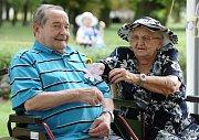Páteční zahradní slavnost si v Domě pro seniory na Krétě klienti náramně užili.
