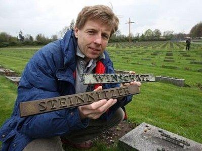 NEBUDOU K ROZEZNÁNÍ. Vedoucí technického oddělení Památníku Terezín Stanislav Krejný ukazuje destičky se jmény zemřelých. Ta v pravé ruce je z pryskyřice, v levé má původní bronzovou.