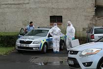 Kriminalisté se na místo činu vrátili ve čtvrtek kolem 15 hodin. Předtím v domě vyšetřovali v noci ze středy na čtvrtek.