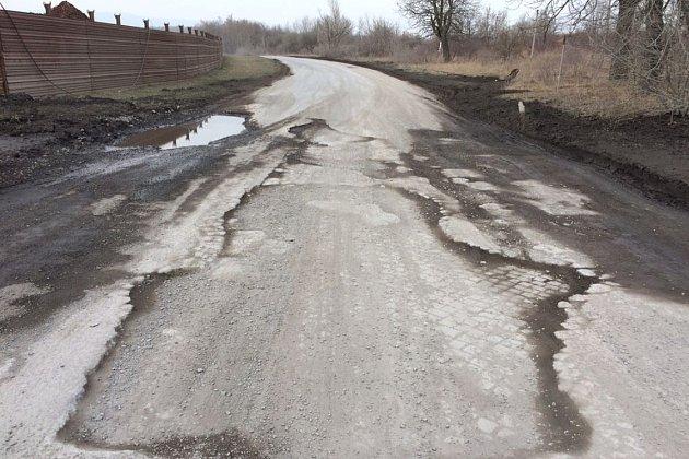 """Obrovské výtluky a mnoho bahna. """"Zřejmě důlní firma. Tato firma naprosto zničila pozemní komunikaci. Když zaprší, tak je to chuťovka. Jinak max pro SUV."""" Tak na webu Výmoly.cz lidé popisují stav silnice č. 255uMostu."""