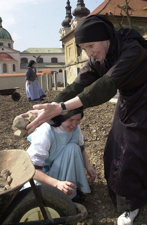 Sestry Premonstrátky z kláštera v Doksanech na Litoměřicku zvelebují zpustlé zahrady okolo kláštera. Fotografie jsou z 23.dubna 2003. V letošním roce je to patnáct let.
