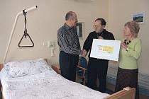 ŠEK v hodnotě 60 tisíc korun převzal od NF Umění doprovázet ředitel hospice Pavel Česal.
