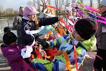 KRÁSNÉ JARNÍ POČASÍ doprovázelo v neděli 13. března vynášení Morany k řece Labi v Litoměřicích.