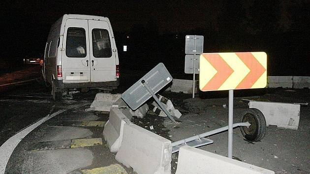 Další řidič projel provizorní okružní křižovatkou.