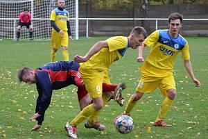 LIBOCHOVIČTÍ Michal Hudik (č. 9)  s Ivanem Orosem obírají o  míč soupeře.