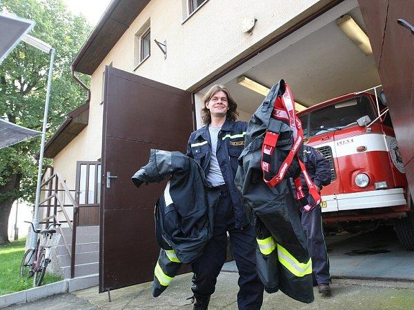 DVOJKA, CO UMÍ ZABRAT. Čestmír Opluštil a Aleš Miller zVrbice jsou mezi 24oceněnými, kteří 28.října převezmou Záslužné medaile Ústeckého kraje. Jako zkušení dobrovolní hasiči pomáhali obyvatelům Lounek a Kyškovic vypořádat se snásledky ničivé povodně