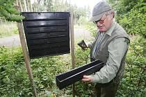 REVÍRNÍK společnosti Lesy ČR Jiří Fritz ukazuje sběrnou nádobu jednoho z feromonových lapačů v lese u Košťálova. Také v této lokalitě se daří držet stavy kůrovců v únosné míře.