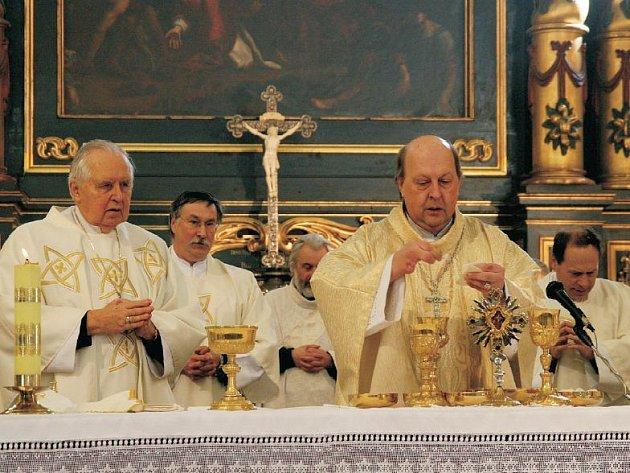 Poslední mše biskupa Pavla (vpravo).