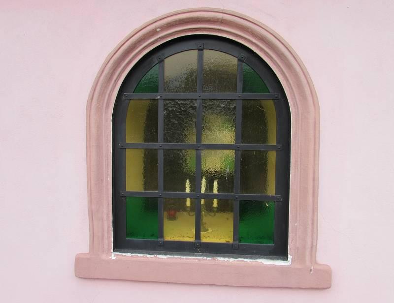Obec Chotiněves. Detail okna kaple svatého Prokopa.