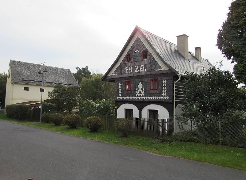 Obec Chotiněves. Mezi historickou zástavbou v podobě stavení či roubenek pocházejících i z 18. století, které jsou památkově chráněné, stojí i novější domy ze století minulého.