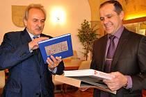 Jako památku na společné setkání se starostou si Pavel Šumera odnesl knihy o Litoměřicích.