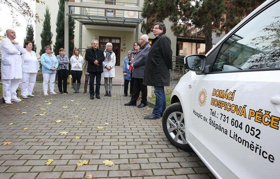 PACIENTI přijatí do domácí hospicové péče poskytované Hospicem sv. Štěpána Litoměřice mají nyní jistotu, že se k nim odborný zdravotnický tým  dostane včas. Ten má už k dispozici tři malé automobily.