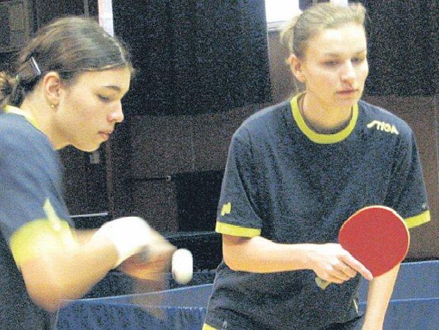 ZABOJOVALY. Po mateřské dovolené se úspěšně vrátila k zelenému stolu Jana Hájková (vpravo) a hned se přičinila o dvě důležitá vítězství zálohy TTC Litoměřice ve druhé lize. Na snímku je s Danielou Čornyjovou ve čtyřhře.