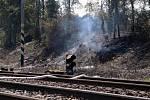 Požár vedle trati u Dolních Zálezel