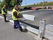 Terezínští dobrovolní hasiči a zaměstnanci města stavěli cvičně mobilní protipovodňovou hráz.