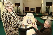 AUTENTICKÉ KOPIE ŠPERKŮ Ulriky von Levetzow instalovali v Třebenicích v minulých dnech pracovníci Oblastního muzea v Litoměřicích.