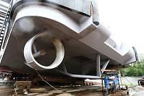 V úterý po poledni bylo na hladinu Labe u Lovosic spuštěno nové univerzální plavidlo. K dokončení míří za hranice.