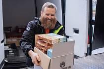 Potravinová banka shromažďuje a pak zase poskytuje potřebným jídlo, které by se jinak vyhodilo.