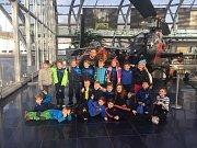 V RAKOUSKU. Roudnické hokejové naděje si turnaj v Rakousku užily. Nevynechaly ani návštěvu motoristického muzea.