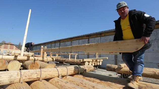 Více než 45 metrů dlouhý vor dokončili v areálu Kasáren pod Radobýlem zaměstnanci Tesařství Oravec.