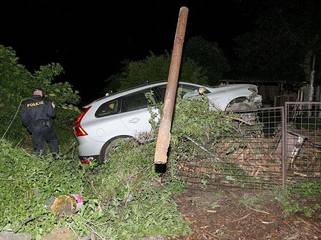 Takhle dopadl před několika lety řidič se svým vozem u Jenčic na Lovosicku. Těsně před automobil mu vběhlo divoké prase.
