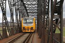 DO ŠROTU půjde železniční most, který už desítky let spojuje břehy Labe u Lovosic a Žalhostic. Po novém mostě, který má být totožný, budou vlaky jezdit rychleji.