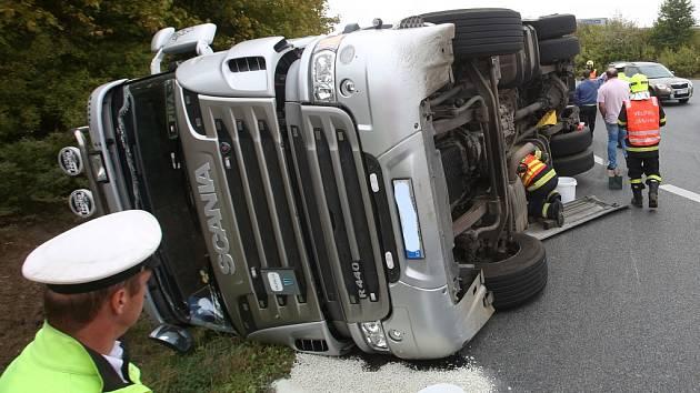 Kamion se na sjezdu z dálnice D8 u Lovosic na kruhovém objezdu převrátil do příkopu