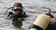 Potápěči zamkli hladinu jezera v Píšťanech.