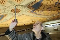 Ve Wieserově domě v Terezíně byla objevena pod starými malbami výmalba původní. Překrásné zlatem zdobené hlavice a stropní malba nyní prochází rukama špičkových restaurátorů.
